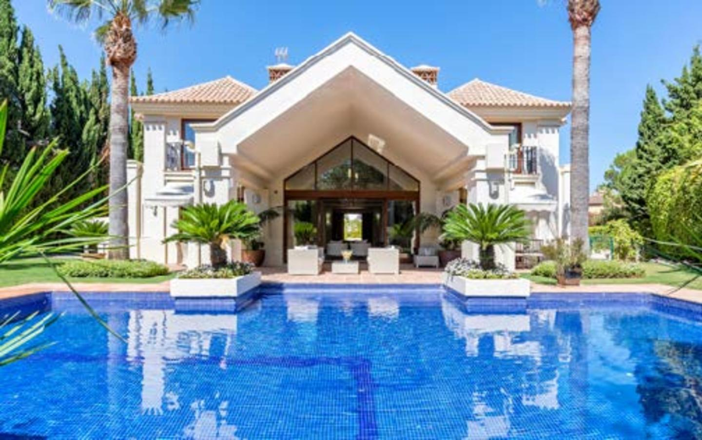 Stunning 5 bedroom villa situated in Aloha